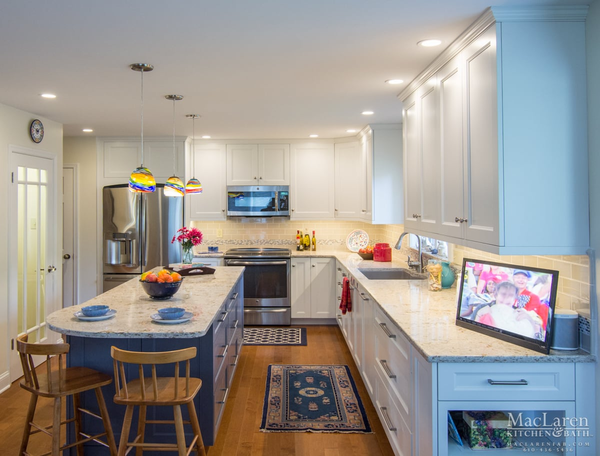 Attrayant Quartz Island End Seating For Eclectic West Chester Kitchen